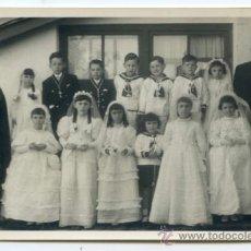 Fotografía antigua: FOTOGRAFÍA DEL PÁRROCO DE ZUAZA AYALA, ÁLAVA Y UN FRAILE CON NIÑOS Y NIÑAS PRIMERA COMUNIÓN AÑOS 50. Lote 194267806