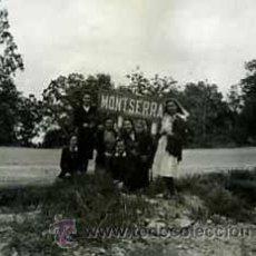 Fotografía antigua: MONTSERRAT. EXCURSIONISTAS. CARRETERA. SEÑALIZACIÓN. SEÑORAS. 1943. Lote 36927507