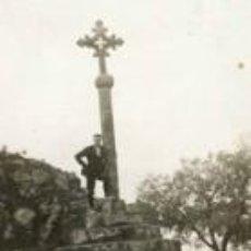 Fotografía antigua: JOVEN EN LA CRUZ DE TÉRMINO. C. 1935. Lote 37097716
