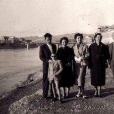 Fotografía antigua: TORTOSA. GRUPO DE PERSONAS EN EL RÍO EBRO. PUENTE. 25/3/1956. Lote 37284271