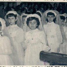 Fotografía antigua: FOTO DE COMUNIÓN DE NIÑAS. AÑOS 50. FOTO BERNAL DE CEUTA.. Lote 37607285
