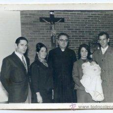 Fotografía antigua: BAUTIZO EN PORTUGALETE, CON SACERDOTE. FOTO GÓMEZ, PORTUGALETE 1968. BILBAO, VIZCAYA 14.5 X 10.5. Lote 37799219