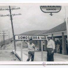 Fotografía antigua: ESTACIÓN DE SERVICIO GASOLINERA DEL PUERTO DE SOMOSIERRA JULIO DE 1964 10,5 X 7,5 CMS. Lote 37751593