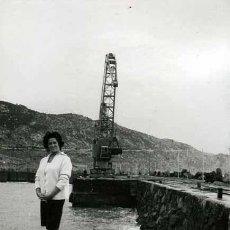 Fotografía antigua: VALLCARCA. SEÑORA. PUERTO. GARRAF. GRUA. BARCOS. C. 1963. Lote 37906311