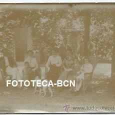 Fotografía antigua: ESCENA COSTUMBRISTA MUJERES HOMBRES NIÑOS PERRO - 12 X 9 CM . Lote 38093112