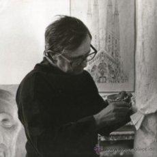 Fotografía antigua: EL ESCULTOR JOSEP Mª SUBIRACHS, TRABAJANDO EN LA SAGRADA FAMILIA, 1980'S 24X24CM. FOTO IRIARTE ATRIB. Lote 39037295