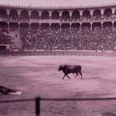 Fotografía antigua: BARCELONA. LAS ARENAS. PLAZA DE TOROS. TORERO CORRIENDO. C. 1900. Lote 39440576