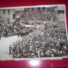 Fotografía antigua: PRECIOSA FOTO DESFILE MILITARES SANTIAGO COMPOSTELA GALICIA 1927 VISITA REYES ALFONSO XIII CATEDRAL. Lote 40183836