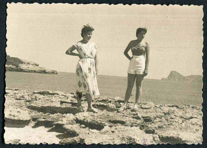 IBIZA. TURISTAS. PLAYA. C. 1955 (Fotografía Antigua - Gelatinobromuro)