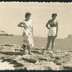 Fotografía antigua: IBIZA. TURISTAS. PLAYA. C. 1955. Lote 40206806