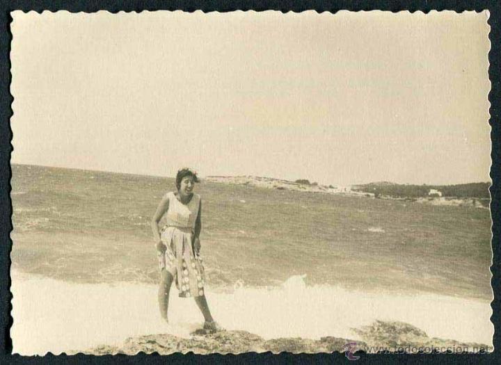 IBIZA. PLAYA. TURISTA. C. 1955 (Fotografía Antigua - Gelatinobromuro)
