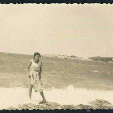 Fotografía antigua: IBIZA. PLAYA. TURISTA. C. 1955. Lote 40206845