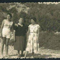 Fotografía antigua: IBIZA. TURISTAS. PAISAJE. C. 1955. Lote 40206921