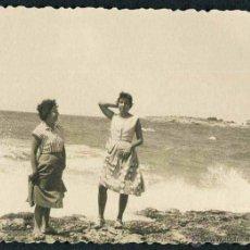 Fotografía antigua: IBIZA. PLAYA. TURISTAS-2. C. 1955. Lote 40206968
