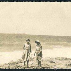 Fotografía antigua: IBIZA. PLAYA. TURISTAS. C. 1955. Lote 40207108