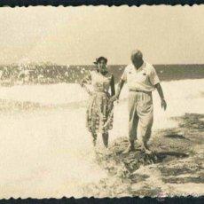 Fotografía antigua: IBIZA. PAREJA. PLAYA. C. 1955. Lote 40207673