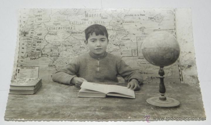 ANTIGUA FOTOGRAFIA DE NIÑO EN EL COLEGIO, GLOBO TERRAQUEO, MAPA DE ESPAÑA, LIBRO DE TEXTO, MIDE 17,5 (Fotografía Antigua - Gelatinobromuro)