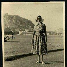 Fotografía antigua: ALICANTE. PUERTO Y SEÑORA. C. 1950. Lote 40896256