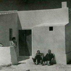 Fotografía antigua: IBIZA. TURISMO. CASA TÍPICA Y TURISTAS. C. 1950. Lote 40930174