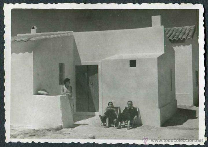 Fotografía antigua: Ibiza. Turismo. Casa típica y turistas. c. 1950 - Foto 2 - 40930174