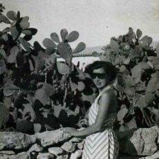 Fotografía antigua: IBIZA. TURISMO. HIGUERA Y SEÑORA. C. 1950. Lote 40930227