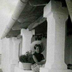 Fotografía antigua: IBIZA. TURISMO. SEÑORA. CASA TÍPICA. C. 1950. Lote 40930521