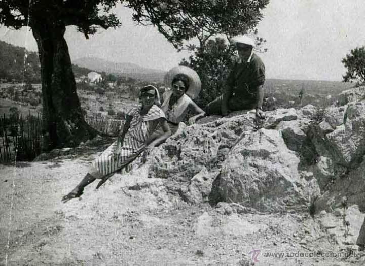 IBIZA. TURISMO. TURISTAS Y PAISAJE DE FONDO. C. 1950 (Fotografía Antigua - Gelatinobromuro)