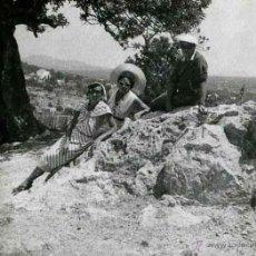 Fotografía antigua: IBIZA. TURISMO. TURISTAS Y PAISAJE DE FONDO. C. 1950. Lote 40939762