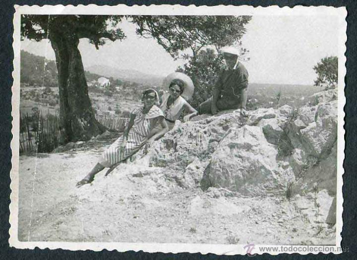 Fotografía antigua: Ibiza. Turismo. Turistas y paisaje de fondo. c. 1950 - Foto 2 - 40939762