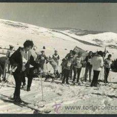 Fotografía antigua: ESQUÍ. ESQUIADORES. PISTAS. NIEVE. PIRINEOS. C. 1960. Lote 41733371