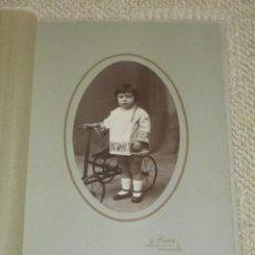 Fotografía antigua: RETRATO DE NIÑA CON TRICICLO DE JUGUETE. FOTÓGRAFO J. MONTES, TORRELAVEGA, CANTABRIA. Lote 42029503