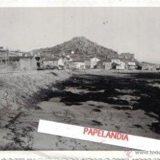 Fotografía antigua: FOTOGRAFIA DE MUGIA, MUXIA (CORUÑA) ENLACE DEL PUERTO CON LA CARRETERA, AÑOS 40, 50. Lote 42597720