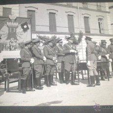 Fotografía antigua: FOTOGRAFIA MILITAR, ENTREGA MEDALLAS A MILITARES DE ARTILLERIA EN EL PARDO 30/05/1942. Lote 43294994