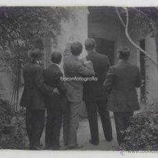 Fotografía antigua: CURIOSO RETRATO DE GRUPO DE ESPALDAS, 1920'S. 11X8 CM.. Lote 43622223