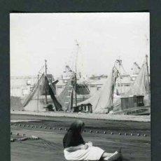 Fotografía antigua: PUERTO DE BARCELONA. MUJER REMENDANDO REDES DE PESCAR. 10/1967. Lote 43743776