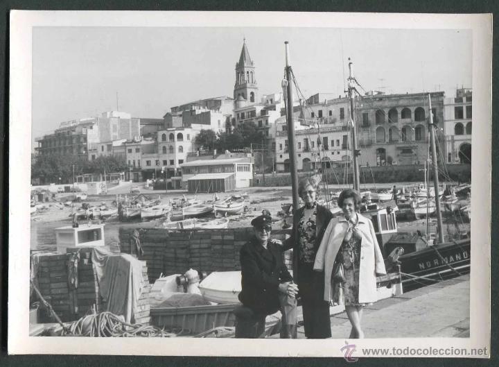 Fotografía antigua: Palamós. Puerto. Turistas. c. 1960 - Foto 2 - 43810271