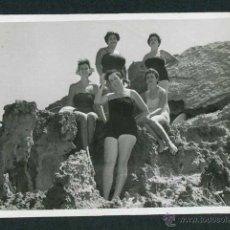 Fotografía antigua: IBIZA. CALA COMPTE. CINCO SEÑORAS. 8/1954. Lote 43880024