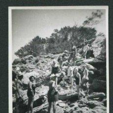 Fotografía antigua: IBIZA. GRUPO NUMEROSO DE BAÑISTAS, ROCAS Y MAR. LA GRUTA DE CALA BASSA. 1954. Lote 43884572