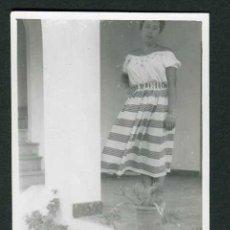 Fotografia antica: IBIZA. SEÑORA EN LA TERRAZA DEL HOTEL. SANT ANTONI. 8/1954. Lote 43884771