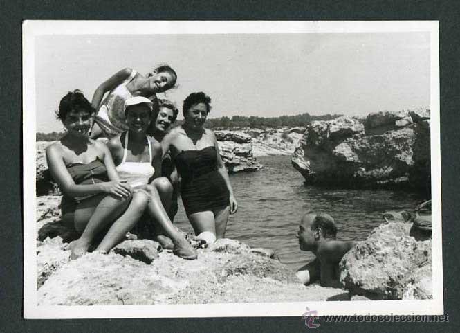 IBIZA. CALA BASSA. GRUPO DE BAÑISTAS. 8/1954 (Fotografía Antigua - Gelatinobromuro)