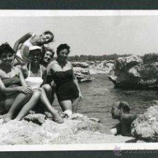 Fotografía antigua: IBIZA. CALA BASSA. GRUPO DE BAÑISTAS. 8/1954. Lote 43884933