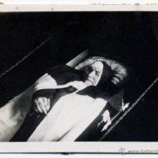Fotografía antigua: RETRATO POSTMORTEM DE MONJA, RELIGIOSA MUERTA EN ATAUD. Lote 43981426