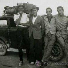 Fotografía antigua: CANDASNOS. ZARAGOZA: AUTOMOVILISMO. COCHE Y GRUPO DE JÓVENES. C. 1945. Lote 43994447