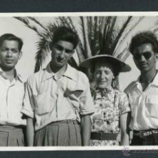 Fotografía antigua: IBIZA. TURISTAS BRITÁNICOS. INICIOS DEL TURISMO. C. 1954. Lote 44155997
