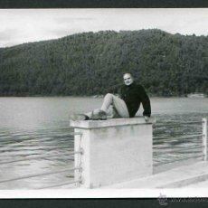 Fotografía antigua: PANTANO DE RIALB. LLEIDA. SEÑOR CON POSE CURIOSA. C. 1960 . Lote 44300319