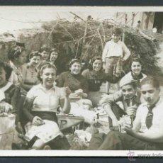 Fotografía antigua: PICNIC EN LA SUBIDA AL MONTE SAN RAMON. BAIX LLOBREGAT. ALEGRÍA DE ANTES DE LA GUERRA. 1936. Lote 44311415