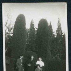 Fotografía antigua: MONTJUÏC, BARCELONA. DOMINGUEROS EN LOS JARDINES DE MONTJUÏC. C. 1935. Lote 44349573