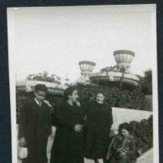 Fotografía antigua: MONTJUÏC. BARCELONA. FAMILIA EN LOS JARDINES DE MONTJUÏC. C. 1935. Lote 44353389