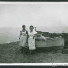 Fotografía antigua: CANET DE MAR. DOS HERMOSAS MUJERES AL LADO DEL BOTE MONTSERRAT. 1959. Lote 44420106