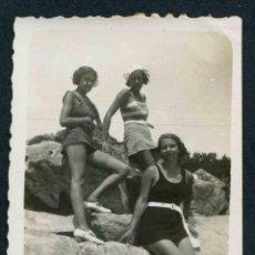 Fotografía antigua: MARESME. CANET. TRES BELLEZAS CON BAÑADOR EN LAS ROCAS. C. 1932. Lote 44623730